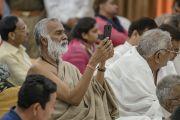 Слушатели, принимающие участие в интерактивной встрече с Его Святейшеством Далай-ламой в ашраме Шри Удасина Каршни. Матхура, штат Уттар-Прадеш, Индия. 21 марта 2017 г. Фото: Тензин Чойджор (офис ЕСДЛ)