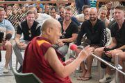 Его Святейшество Далай-лама беседует с игроками национальной сборной Австралии по крикету на площади главного тибетского храма. Дхарамсала, Индия. 24 марта 2017 г. Фото: Тензин Чойджор (офис ЕСДЛ)