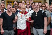 Его Святейшество Далай-лама фотографируется с игроками национальной сборной Австралии по крикету, держа в руках футболку с автографами игроков. Дхарамсала, Индия. 24 марта 2017 г. Фото: Тензин Чойджор (офис ЕСДЛ)