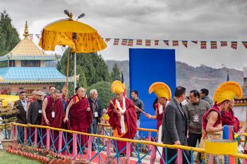 В Бомдиле Далай-лама даровал учения, посетил монастырь Гонце Рабгьелинг и старшую школу
