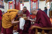 Гуру Тулку Ринпоче совершает традиционные подношения Его Святейшеству Далай-ламе во время церемонии приветствия в монастыре Тхубчок Гацел Линг. Бомдила, штат Аруначал-Прадеш, Индия. 4 апреля 2017 г. Фото: Тензин Чойджор (офис ЕСДЛ)