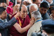 Его Святейшество Далай-лама приветствует верующих по прибытии в монастырь Тхубчок Гацел Линг. Бомдила, штат Аруначал-Прадеш, Индия. 4 апреля 2017 г. Фото: Тензин Чойджор (офис ЕСДЛ)