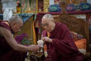 Его Святейшеству Далай-ламе подносят сладкий рис в ходе церемонии приветствия в монастыре Тхубчок Гацел Линг. Бомдила, штат Аруначал-Прадеш, Индия. 4 апреля 2017 г. Фото: Тензин Чойджор (офис ЕСДЛ)