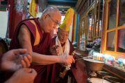 Его Святейшество Далай-лама возжигает традиционную масляную лампаду в монастыре Тхубчок Гацел Линг в присутствии Гуру Тулку Ринпоче. Бомдила, штат Аруначал-Прадеш, Индия. 4 апреля 2017 г. Фото: Тензин Чойджор (офис ЕСДЛ)