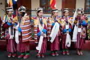 Девушки в традиционных одеяниях тибетской народности монпа ожидают прибытия Его Святейшества Далай-ламы в монастырь Тхубчок Гацел Линг. Бомдила, штат Аруначал-Прадеш, Индия. 4 апреля 2017 г. Фото: Тензин Чойджор (офис ЕСДЛ)