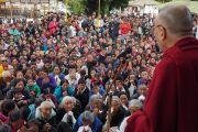 Его Святейшество Далай-лама обращается к местным жителям, собравшимся поприветствовать его в тибетском поселении Тензин Ганг. Штат Аруначал-Прадеш, Индия. 4 апреля 2017 г. Фото: Джереми Рассел (офис ЕСДЛ)