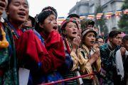 Местные школьницы в традиционных одеяниях поют песню приветствия Его Святейшеству Далай-ламе в ходе его визита в монастырь Тхубчок Гацел Линг. Бомдила, штат Аруначал-Прадеш, Индия. 4 апреля 2017 г. Фото: Тензин Чойджор (офис ЕСДЛ)