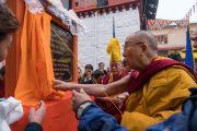 Его Святейшество Далай-лама торжественно открывает первый камень будущего зала собраний монастыря Тхубчок Гацел Линг. Бомдила, штат Аруначал-Прадеш, Индия. 5 апреля 2017 г. Фото: Тензин Чойджор (офис ЕСДЛ)