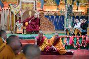 Его Святейшество Далай-лама наблюдает за философским диспутом во время визита в монастырь Гонце Рагьял Линг. Бомдила, штат Аруначал-Прадеш, Индия. 5 апреля 2017 г. Фото: Тензин Чойджор (офис ЕСДЛ)
