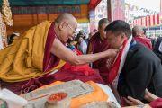 Главный министр штата Аруначал-Прадеш Пема Кханду выражает благодарность Его Святейшеству Далай-ламе по завершении учений в Парке Будды. Бомдила, штат Аруначал-Прадеш, Индия. 5 апреля 2017 г. Фото: Тензин Чойджор (офис ЕСДЛ)