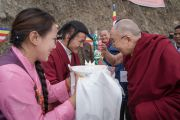 Его Святейшеству Далай-ламе подносят традиционное приветствие по прибытии в монастырь Гонце Рагьял Линг. Бомдила, штат Аруначал-Прадеш, Индия. 5 апреля 2017 г. Фото: Тензин Чойджор (офис ЕСДЛ)