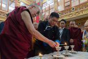 Его Святейшество Далай-лама и главный министр штата Аруначал-Прадеш Пема Кханду возжигают масляные лампады в начале визита в монастырь Тхупсунг Дхаргьелинг. Диранг, штат Аруначал-Прадеш, Индия. 5 апреля 2017 г. Фото: Тензин Чойджор (офис ЕСДЛ)
