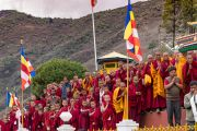 Юные монахи собрались, чтобы проводить Его Святейшество Далай-ламу по завершении визита в монастырь Гонце Рагьял Линг. Бомдила, штат Аруначал-Прадеш, Индия. 5 апреля 2017 г. Фото: Тензин Чойджор (офис ЕСДЛ)