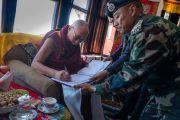 Его Святейшество Далай-лама расписывается в книге почетных гостей, остановившись отдохнуть по дороге в Таванг на горном перевале Села, расположенном на высоте 4170 метров. Штат Аруначал-Прадеш, Индия. 7 апреля 2017 г. Фото: Тензин Чойджор (офис ЕСДЛ)