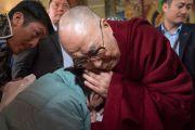 Его Святейшество Далай-лама благословляет одну из верующих в ходе визита в храм Калачакры, где в 1983 году он даровал 8-е посвящение Калачакры. Диранг, штат Аруначал-Прадеш, Индия. 7 апреля 2017 г. Фото: Тензин Чойджор (офис ЕСДЛ)
