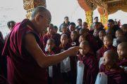 Его Святейшество Далай-лама дарует наставления юным монахам по завершении визита в монастырь Тхупсунг Дхаргьелинг. Диранг, штат Аруначал-Прадеш, Индия. 7 апреля 2017 г. Фото: Тензин Чойджор (офис ЕСДЛ)