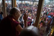 Его Святейшество Далай-лама машет рукой местным жителям, собравшимся поприветствовать его во время визита в храм Калачакры, где в 1983 году он даровал 8-е посвящение Калачакры. Диранг, штат Аруначал-Прадеш, Индия. 7 апреля 2017 г. Фото: Тензин Чойджор (офис ЕСДЛ)