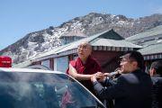 Его Святейшество Далай-лама любуется пейзажем во время остановки на горном перевале Села, расположенном на высоте 4170 метров. Штат Аруначал-Прадеш, Индия. 7 апреля 2017 г. Фото: Тензин Чойджор (офис ЕСДЛ)
