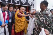 Направляясь из главного храма монастыря Таванг на площадку Йига Чойзин, Его Святейшество Далай-лама приветствует индийцев, помогающих обеспечивать его безопасность. Таванг, штат Аруначал-Прадеш, Индия. 8 апреля 2017 г. Фото: Тензин Чойджор (офис ЕСДЛ)