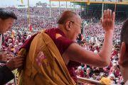 Его Святейшество Далай-лама машет рукой более чем 50,000 верующих, собравшихся на площадке Йига Чойзин при монастыре Таванг. Таванг, штат Аруначал-Прадеш, Индия. 8 апреля 2017 г. Фото: Тензин Чойджор (офис ЕСДЛ)