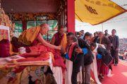 Местные жители почтительно приветствуют Его Святейшество Далай-ламу в начале первого дня учений по произведению Камалашилы «Срединные ступени медитации» и сочинению Гьялсэ Тогме Сангпо «37 практик бодхисаттвы». Таванг, штат Аруначал-Прадеш, Индия. 8 апреля 2017 г. Фото: Тензин Чойджор (офис ЕСДЛ)