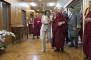 Дээрхийн Гэгээнтэн Далай Лам хатагтай Нанси Пелоси нарын төлөөлөгч нартай богино уулзалт хийхээр хурлын өргөөнд орж байгаа нь. Энэтхэг, ХП, Дарамсала. 2017.05.09. Гэрэл зургийг Тэнзин Чойжор (ДЛО)