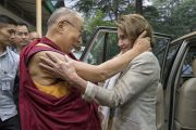 Дээрхийн Гэгээнтэн Далай Лам хатагтай Нанси Пелоси тэргүүтэй Америкийн төлөөлөгч нарыг угтан авч байгаа нь. Энэтхэг, ХП, Дарамсала. 2017.05.09. Гэрэл зургийг Тэнзин Чойжор (ДЛО)