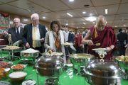 Дээрхийн Гэгээнтэн Далай Лам болон төлөөлөгчид хамтдаа үдийн зоог барьж байгаа нь. Энэтхэг, ХП, Дарамсала. 2017.05.09. Гэрэл зургийг Тэнзин Чойжор (ДЛО)