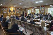 Дээрхийн Гэгээнтэн Далай Лам Америкийн төлөөлөгч нартай үдийн зоог барих үеэр ярилцаж байгаа нь. Энэтхэг, ХП, Дарамсала. 2017.05.09. Гэрэл зургийг Тэнзин Чойжор (ДЛО)