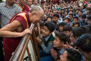Дээрхийн Гэгээнтэн Далай Лам өөрийн өргөөний зүгэж буцаж морилох зуураа төвөд хүүхдүүдтэй уулзан ярилцаж байгаа нь. Энэтхэг, ХП, Дарамсала. 2017.05.10. Гэрэл зургийг Тэнзин Чойжор (ДЛО)