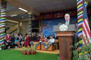 Төлөөлөгч Жим Сенсенбреннер үг хэлж байгаа нь. Энэтхэг, ХП, Дарамсала. 2017.05.10. Гэрэл зургийг Тэнзин Чойжор (ДЛО)
