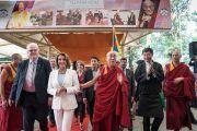 Дээрхийн Гэгээнтэн Далай Лам болон хатагтай Нанси Пелоси тэргүүтэй төлөөлөгчид олон нийтийн уулзалтанд хүрэлцэн ирж байгаа нь. Энэтхэг, ХП, Дарамсала. 2017.05.10. Гэрэл зургийг Тэнзин Чойжор (ДЛО)