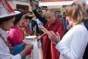 Дээрхийн Гэгээнтэн Далай Лам болон Америкийн төлөөлөгч нарыг уламжлалт ёсоор угтан авч байгаа нь.  Энэтхэг, ХП, Дарамсала. 2017.05.10. Гэрэл зургийг Тэнзин Чойжор (ДЛО)