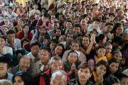 Төвөд иргэд Дээрхийн Гэгээнтэн Далай Ламыг харахаар хүлээж байгаа нь. Энэтхэг, ХП, Дарамсала. 2017.05.10. Гэрэл зургийг Тэнзин Чойжор (ДЛО)