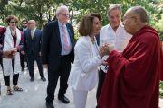 Дээрхийн Гэгээнтэн Далай Лам болон хатагтай Нанси Пелоси нар олон нийтийн уулзалтанд оролцохын өмнө. Энэтхэг, ХП, Дарамсала. 2017.05.10. Гэрэл зургийг Тэнзин Чойжор (ДЛО)