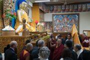 Дээрхийн Гэгээнтэн Далай Лам Америкийн зочидод дуганы шүтээний талаар тайлбарлан ярьж байгаа нь. Энэтхэг, ХП, Дарамсала. 2017.05.10. Гэрэл зургийг Тэнзин Чойжор (ДЛО)