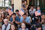 Дээрхийн Гэгээнтэн Далай Лам болон Америкийн конгрессийн гишүүдийг хүлээж буй төвөдийн ард иргэд. Энэтхэг, ХП, Дарамсала. 2017.05.10. Гэрэл зургийг Тэнзин Чойжор (ДЛО)