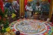 Дээрхийн Гэгээнтэн Далай Лам зочидод Дүйнхор бурханы элсэн хот мандлыг танилцуулж байгаа нь. Энэтхэг, ХП, Дарамсала. 2017.05.10. Гэрэл зургийг Тэнзин Чойжор (ДЛО)