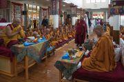 Дээрхийн Гэгээнтэн Далай Лам зочид төлөөлөгч нарыг Дүйнхор дуганд урьж, хурал уншлагын зан үйлийг танилцуулав. Энэтхэг, ХП, Дарамсала. 2017.05.10. Гэрэл зургийг Тэнзин Чойжор (ДЛО)