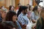 Дээрхийн Гэгээнтэн Далай Ламтай уулзаж буй АНУ, Канад, Энэтхэгийн оюутнууд. Энэтхэг, ХП, Дарамсала. 2017.05.19. Гэрэл зургийг Тэнзин Пунцог (ДЛО)
