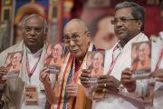 """Дээрхийн Гэгээнтэн Далай Лам каннара хэл дээр орчуулагдсан өөрийн """"Энэрэл хайр"""" номыг барин зогсож байгаа нь. Энэтхэг, Карнатака, Бангалор. 2017.05.23. Гэрэл зургийг Тэнзин Чойжор (ДЛО)"""