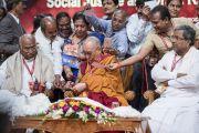Хурлын дараа Дээрхийн Гэгээнтэн Далай Лам өөрийн ном болон зураг дээрээ гарын үсэг зурж байгаа нь. Энэтхэг, Карнатака, Бангалор. 2017.05.23. Гэрэл зургийг Тэнзин Чойжор (ДЛО)