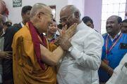 Дээрхийн Гэгээнтэн Далай Лам ноён Маликкаржуна Харгетэй уулзаж байгаа нь. Энэтхэг, Карнатака, Бангалор. 2017.05.23. Гэрэл зургийг Тэнзин Чойжор (ДЛО)