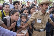 Дээрхийн Гэгээнтэн Далай Ламыг Амбедкар Бхаванд хүрэлцэх ирэхийг харж буй төвөд иргэд. Энэтхэг, Карнатака, Бангалор. 2017.05.23. Гэрэл зургийг Тэнзин Чойжор (ДЛО)