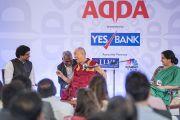 Его Святейшество Далай-лама смеется, беседуя с исполнительным директором медиа-холдинга «Индийский курьер» Анантом Гоэнкой. Нью-Дели, Индия. 24 мая 2017 г. Фото: Тензин Чойджор (офис ЕСДЛ)