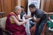 Тибетский журналист Таши Тобгьял, работающий в газете «Индийский курьер», приветствует Его Святейшество Далай-ламу перед началом встречи с сотрудниками газеты. Нью-Дели, Индия. 24 мая 2017 г. Фото: Тензин Чойджор (офис ЕСДЛ)