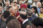 Его Святейшество Далай-лама шутливо приветствует собравшихся в конференц-зале отеля Тадж-Махал перед началом встречи с сотрудниками газеты «Индийский курьер». Нью-Дели, Индия. 24 мая 2017 г. Фото: Тензин Чойджор (офис ЕСДЛ)