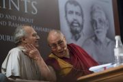 Его Святейшество Далай-лама шутливо прикасается к Аруну Шоури, обращаясь к собравшимся в ходе презентации книги «Два святых». Нью-Дели, Индия. 25 мая 2017 г. Фото: Тензин Чойджор