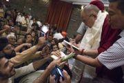 По завершении презентации книги Аруна Шоури «Два святых» Его Святейшество Далай-лама подписывает книги для собравшихся слушателей. Нью-Дели, Индия. 25 мая 2017 г. Фото: Тензин Чойджор