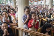 Верующие почтительно провожают Его Святейшество Далай-ламу, покидающего главный тибетский храм по завершении посвящения Авалокитешвары, дарованного по случаю наступления священного месяца Сага Дава. Дхарамсала, Индия. 27 мая 2017 г. Фото: Тензин Чойджор (офис ЕСДЛ)